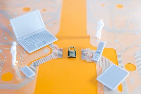 Imagem que lembra uma placa mãe, com um cadeado no centro, diversos devices se conectando ao cadeado remetendo: segurança.